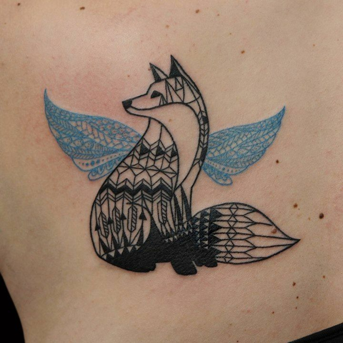 precioso diseño de tatuaje en la espalda con zorro y ornamentos geometricos, tatuajes de animales geometricos simbolicos