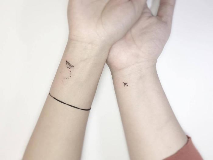 ideas de tatuajes para parejas que aman los viajes, pequeños detalles tatuados en el antebrazo, tatuajes pequeños para mujer