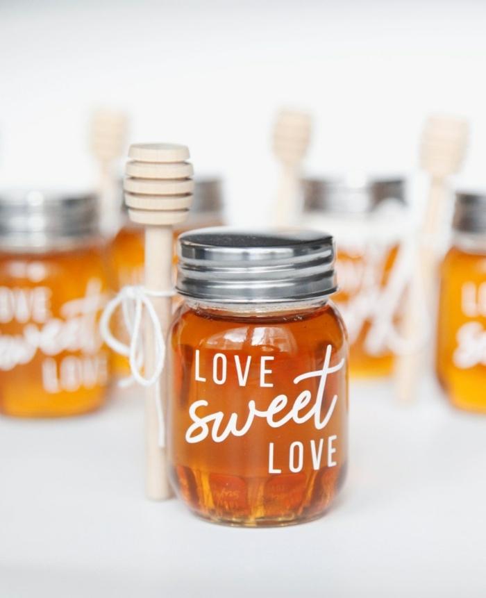 pequeños frascos de miel para regalar a tus invitados, detalles de boda baratos y personalizados, originales ideas de regalos DIY