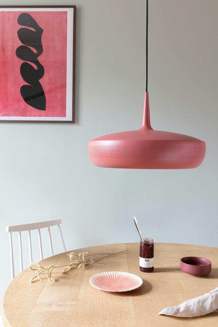 comedor decorado en blanco con detalles en rosado, lámparas de techo para salón y comedor modernas, fotos de lámparas de diseño
