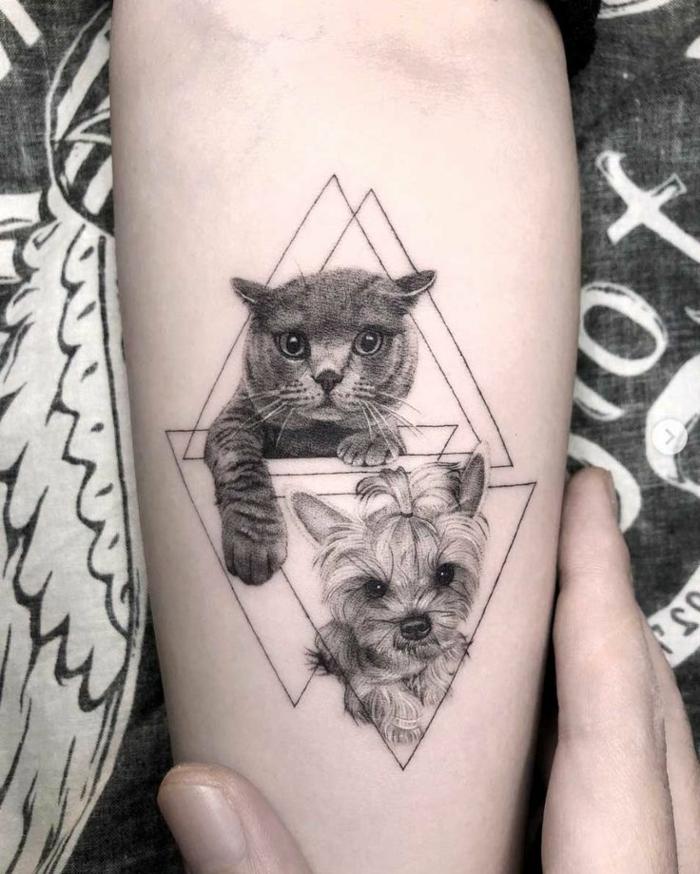 precioso diseño de tatuaje geométrico con gato y perro en estilo realista, triangulos invertidos, fotos de tatuajes geométricos