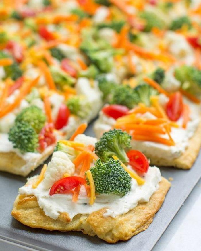 empanadas con crema de queso y vegetales frescos, canapés con brócoli, zanahorias, quesos y coliflor, aperitivos sencillos y originales