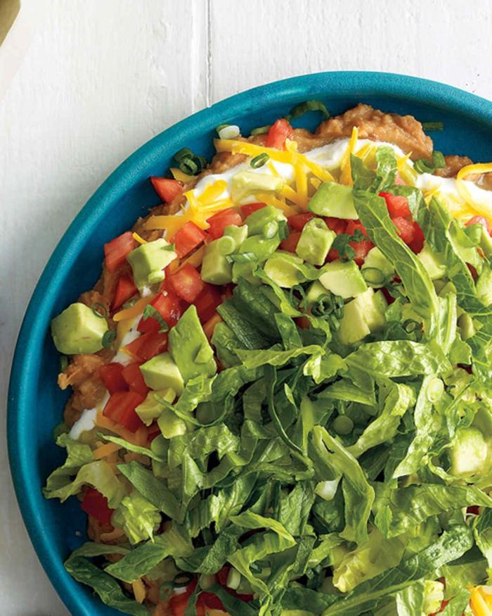 entrantes faciles y frios y ensaladas saludables para el verano, ensalada de aguacate, lechuga, tomates y queso amarillo