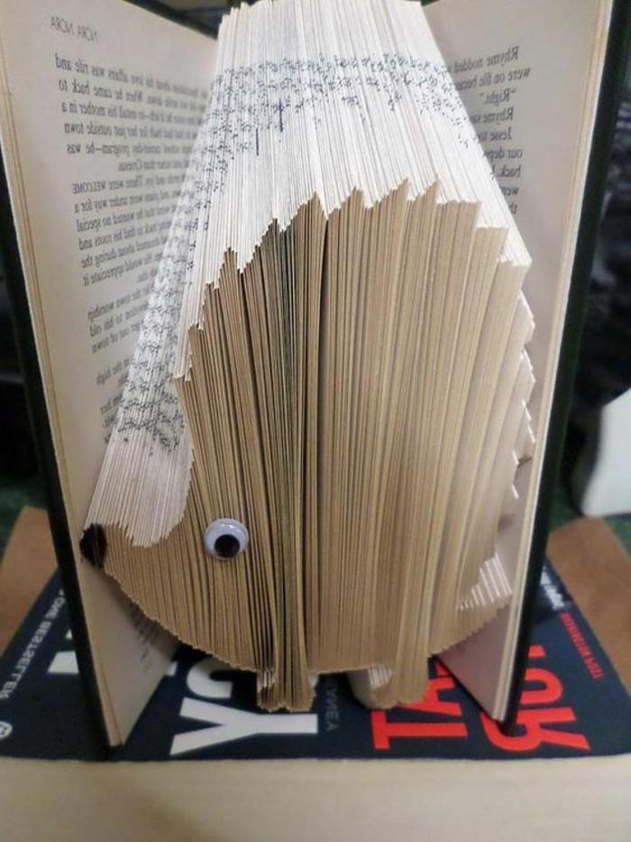 bonito erizo hecho de plegado de libros, más de 90 fotos de como hacer manualidades con papel, arte de papel