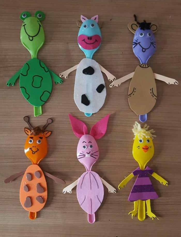 mini animales hechos de cucharas de plástico recicladas y trozos de fieltro, ideas de manualidades sencillas para niños