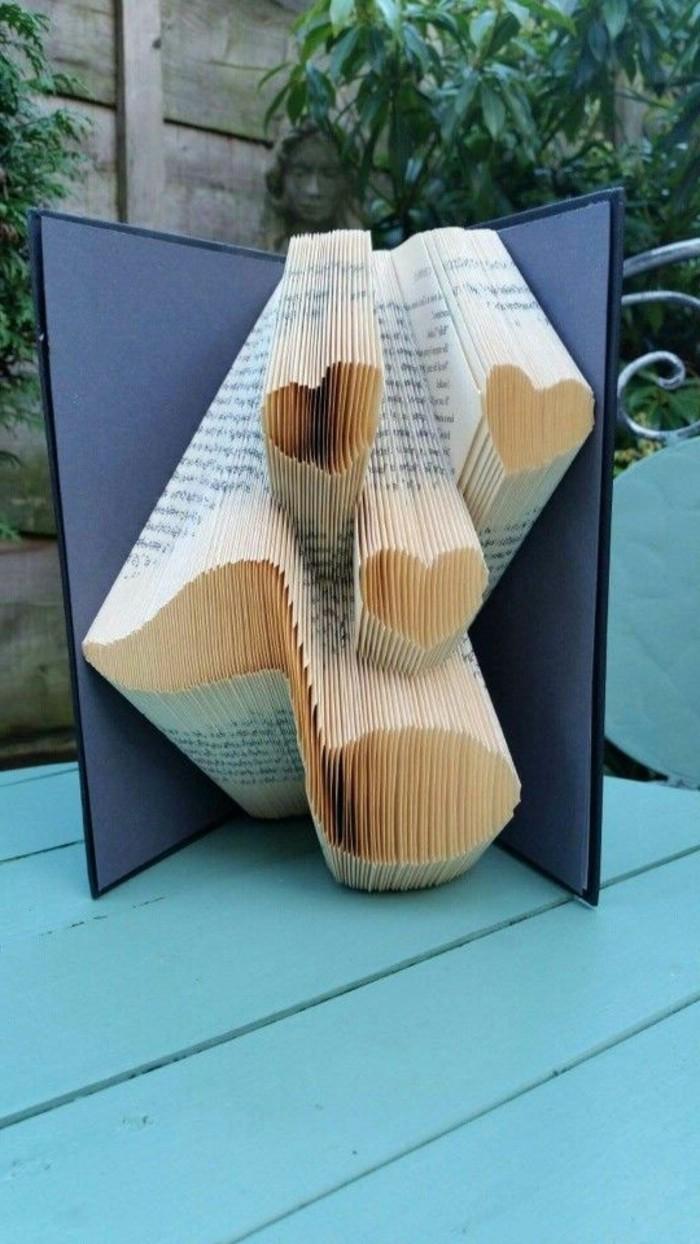 preciosas ideas sobre como hacer cosas de papel, libro con plegado corazones, ideas de regalos para San Valentín