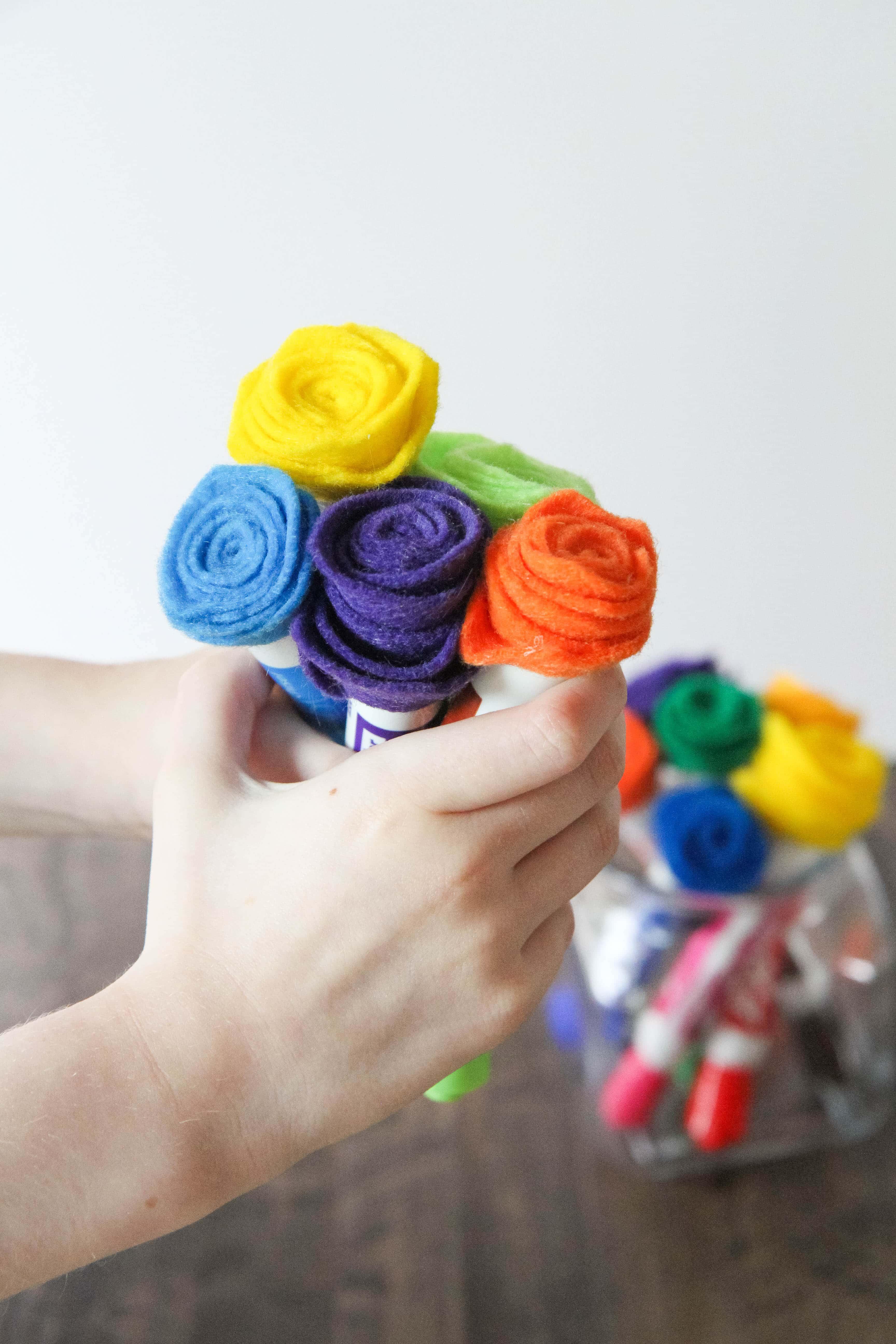 regalos hechos a mano unicos, ideas originales sobre que regalar a una profesora, flores hechos de fieltro en diferentes colores