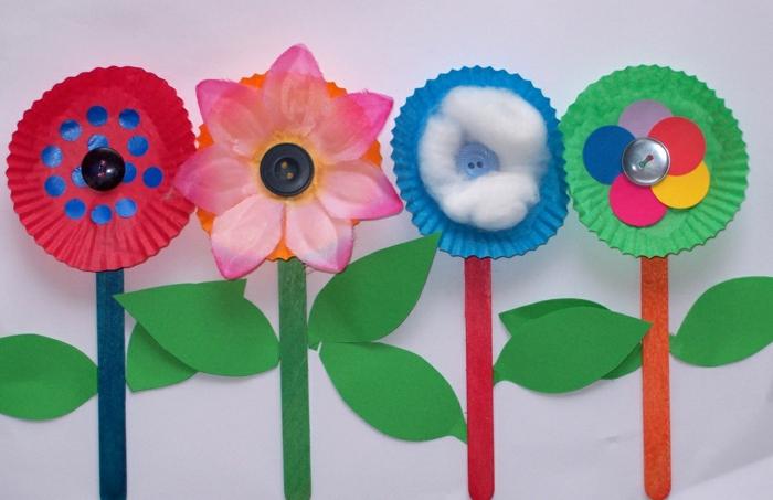 manualidades sencillas para niños con materiales de reciclaje, flores hechas a mano para decorar la casa, manualidades para regalar