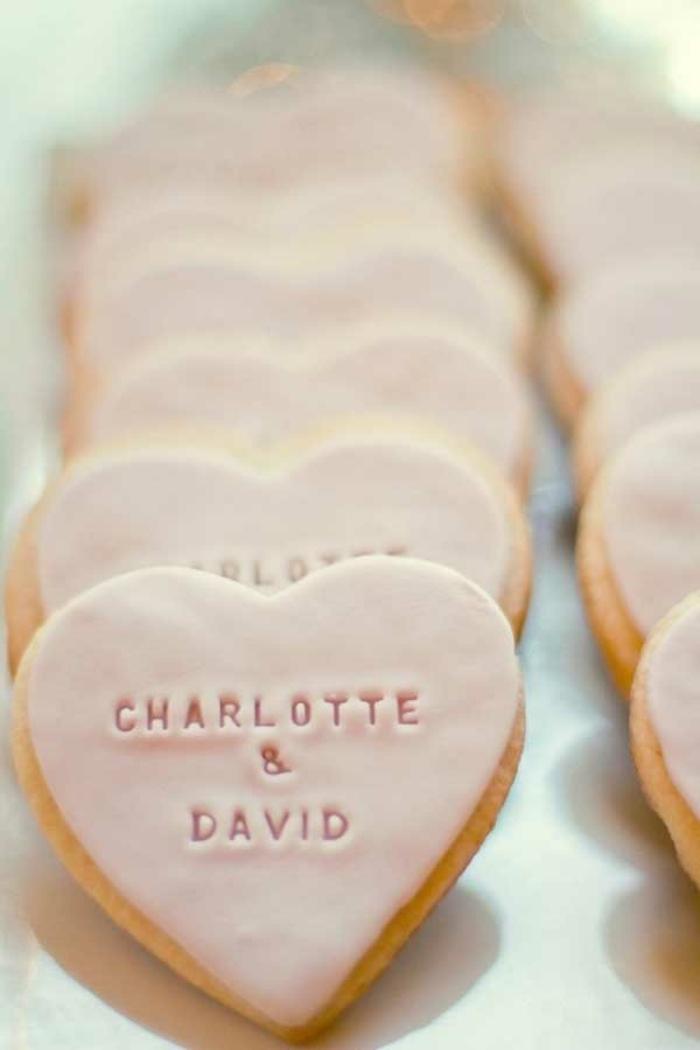 galletas con glaceado color rosa y forma de corazón, regalar galletas personalizadas a los invitados de tu boda, detalles de boda originales para invitados