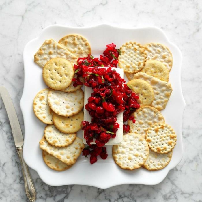 galletas saladas con queso camembert y frutas rojas, entrantes faciles y frios, fotos de entrantes ricos y elegantes para toda la familia