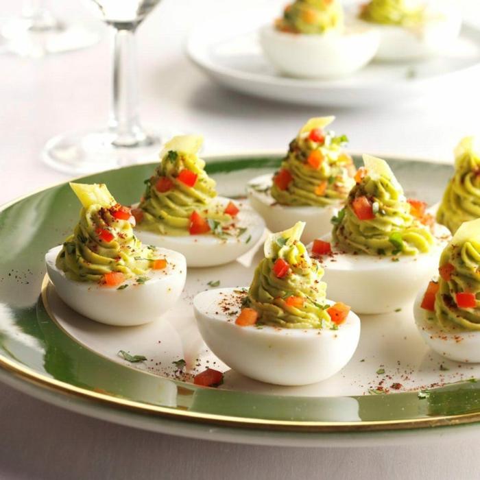 aperitivos frios faciles y baratos, huevos con hummus casero y especias, ideas de canapés elegantes y ricos para tu fiesta de verano