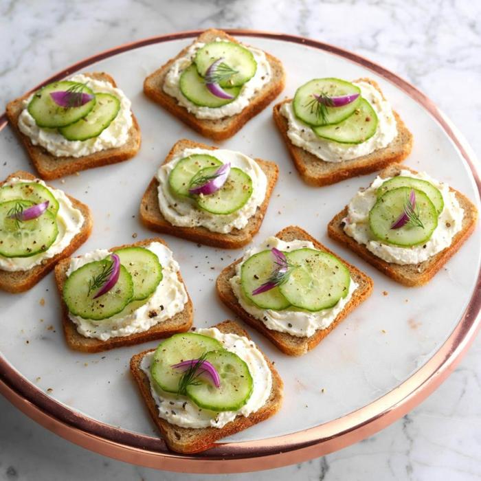 tostadas con crema de queso, pepinos, cebolla roja y eneldo, aperitivos frios faciles y baratos, ideas de comidas para desayuno en verano