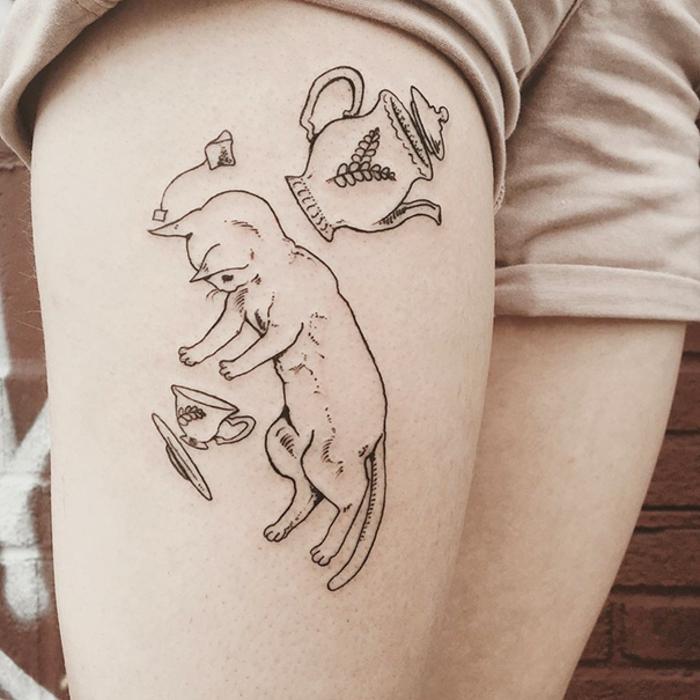 preciosos diseños con fuerte significado, diseño en la cadera original con gato, tatuajes con significado bonitos y originales