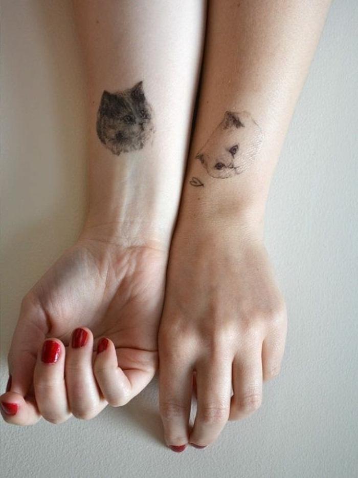 ideas de tatuajes para hermanas y mejores amigas, tatuajes con significado originales, diseños de tatuajes minimalistas con gatos