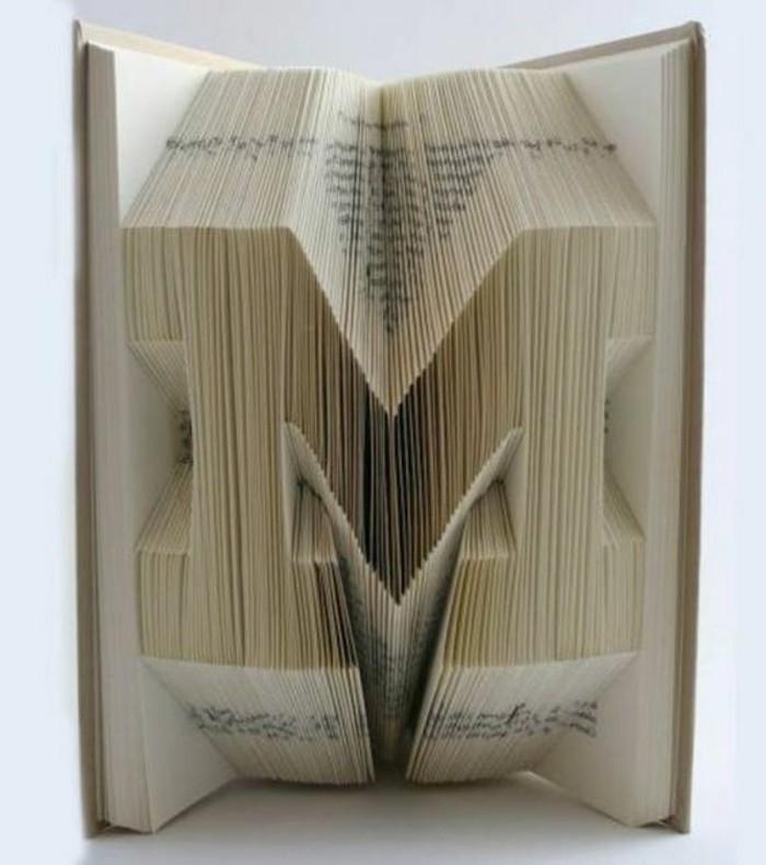 ideas de libro pop up, como hacer creaciones interesantes con plegado de libro, la letra M hecha con origmi