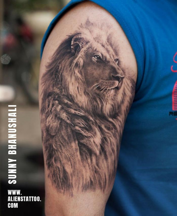 tatuajes león en el brazo, tatuajes brazo hombre con animales salvajes que se relacionan con fuerza y superación, grande tattoo en el brazo