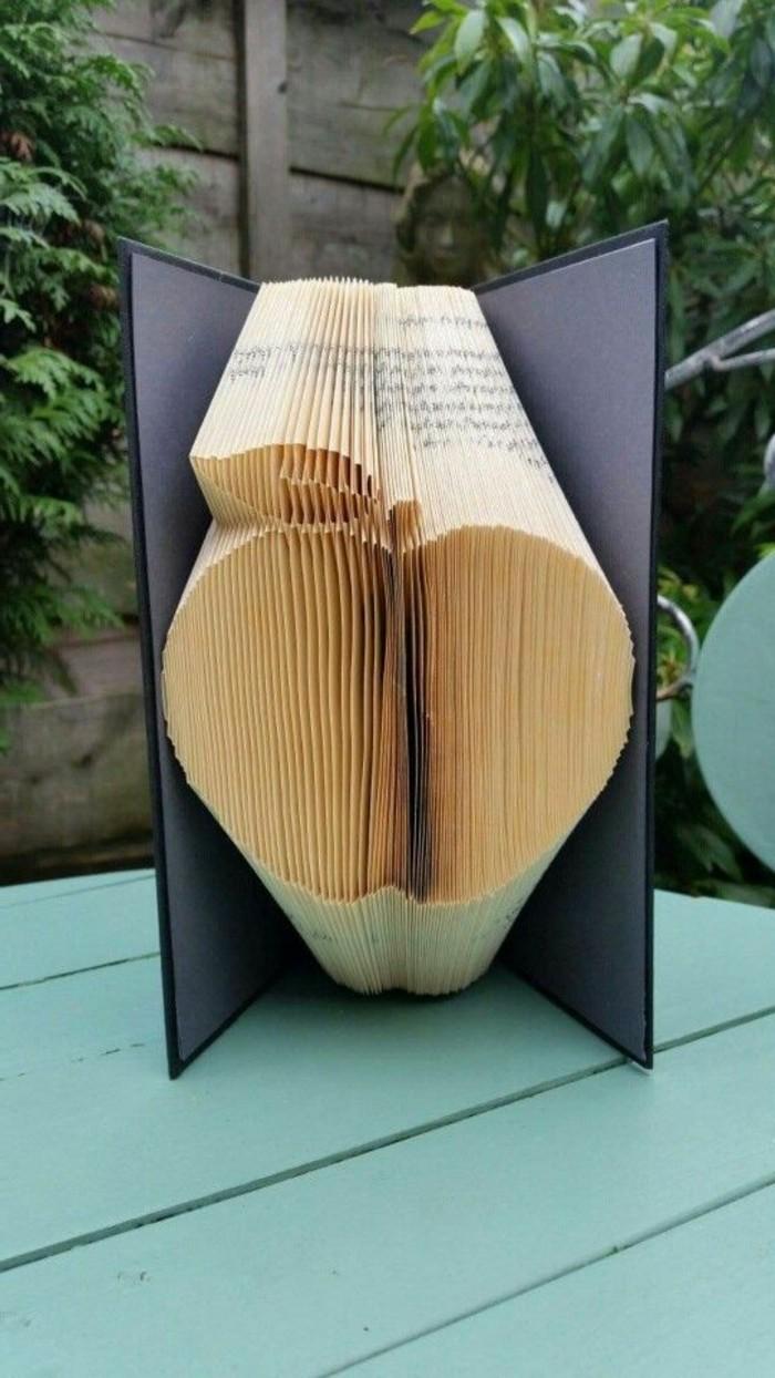 ideas unicas de regalos personalizados, libro pop up con una manzana, como hacer obras de arte de papel