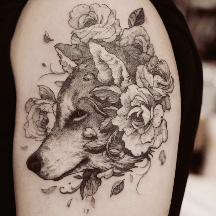 precioso diseño tatuaje perro con motivos florares, tatuajes brazo hombre originales, tatuajes de mascotas bonitos