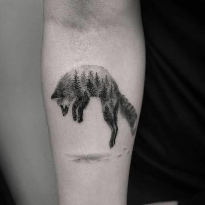 diseños de tattoos inspirados en la naturaleza, lobo tatuado en el antebrazo con motivos de la naturaleza, tatuajes brazo hombre