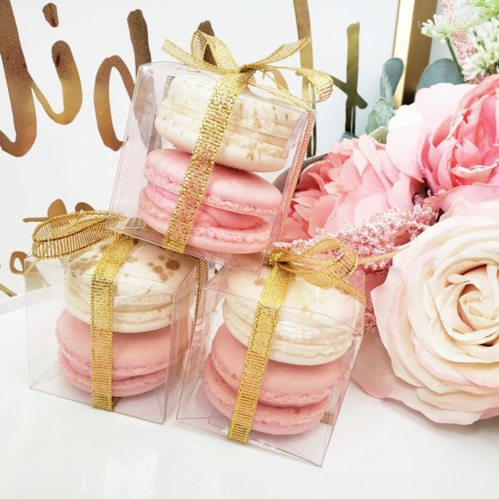 regalos originales baratos, cajas de macarones en los mismos colores que las flores en la mesa, detalles para regalar unicos