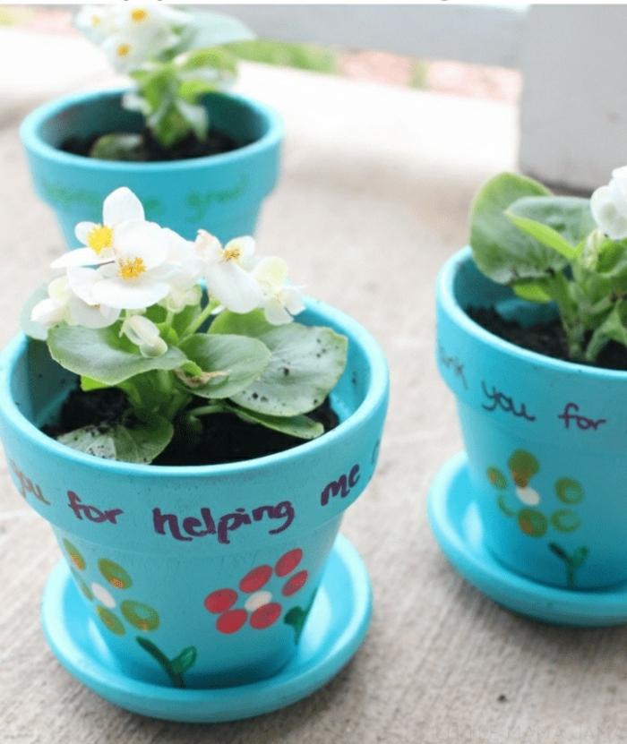 macetas decoradas, gracias por ayudarme, pequeñas macetas pintadas en color azul con dibujos y bonitas flores