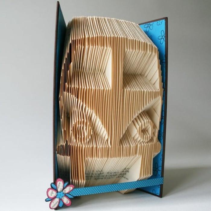 coche hecho de hojas de papel de libro pledagas, fotos de arte con páginas de libro, manualidades para decorar la casa