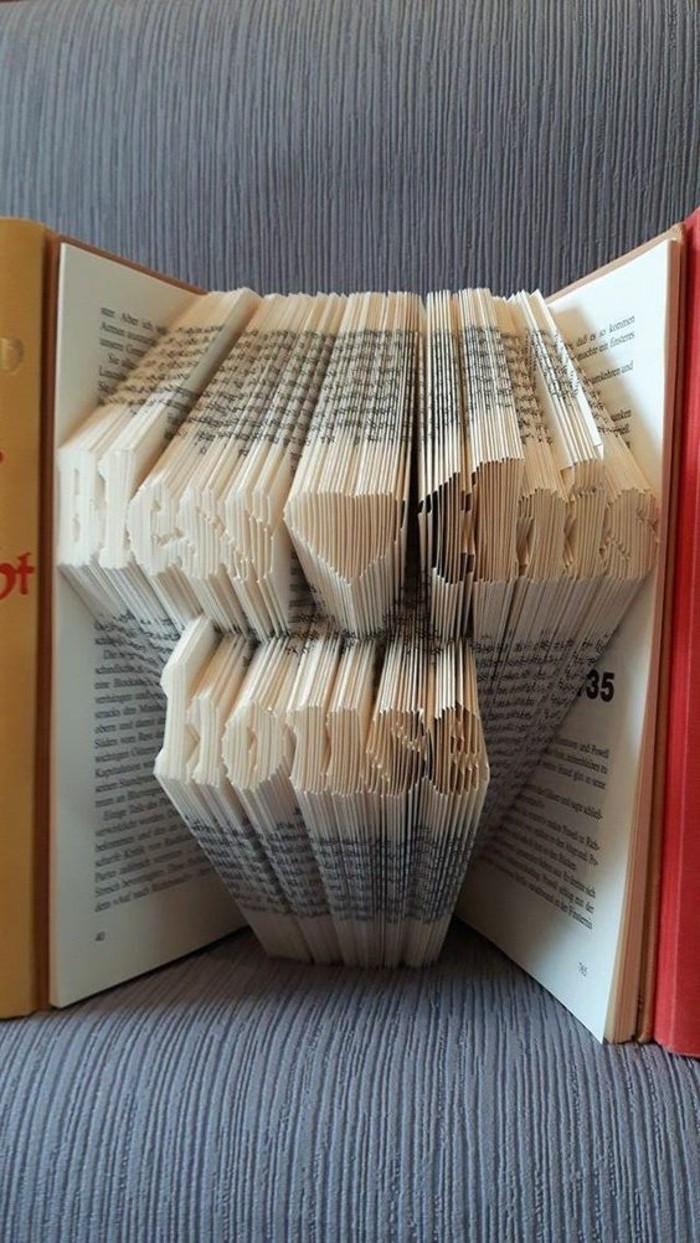 qué regalar a una boda, ejemplos originales de regalos de boda hechos a mano, plegar páginas de libros