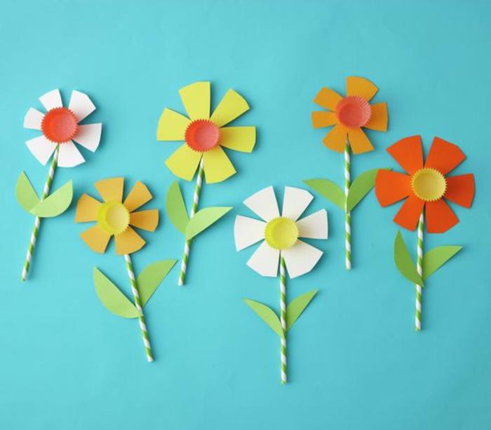 flores de papel para decorar la casa, flores de pajas recicladas y materiales de plástico, ideas únicas de manualidades faciles para hacer en casa