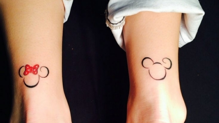 divertidas ideas de tatuajes en la pierna, tatuajes chicos para mujeres, tattoo Mickey y Miny Mousse, diseños pequeños