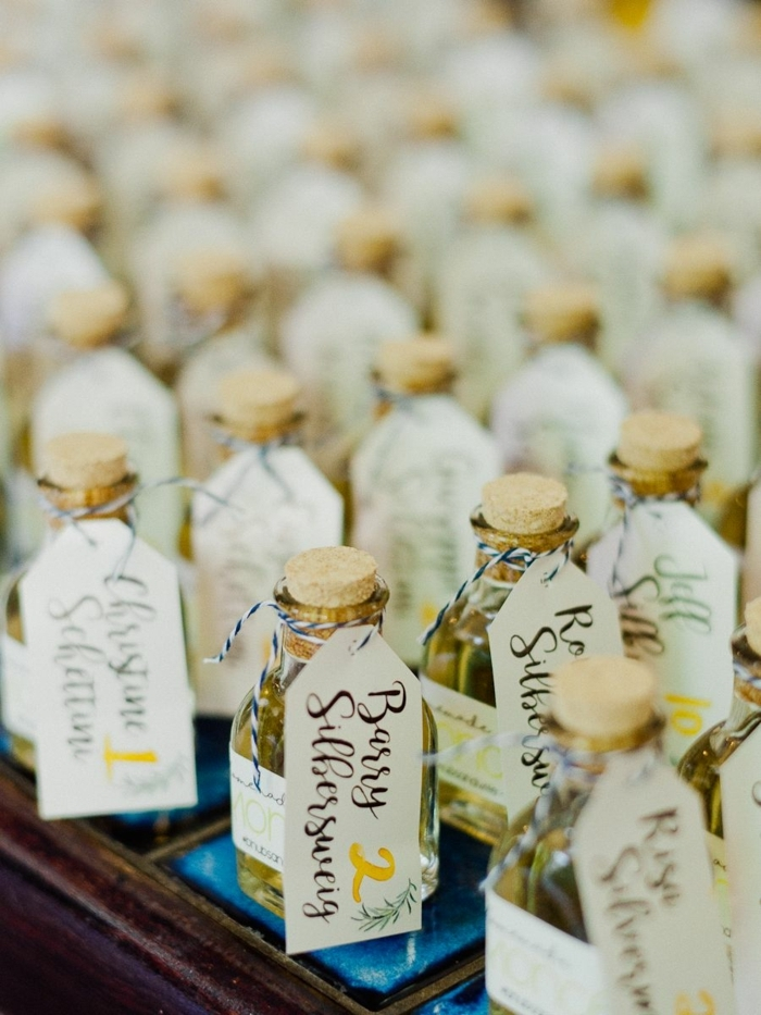 mini botellas llenos de licor para regalar a los invitados de tu boda, regalos originales baratos, fotos de regalos personalizados