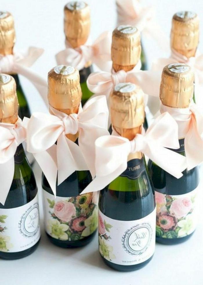 botellas de champán decoradas de manera encantadora, ideas de regalos originales baratos, bebidas para regalar a tus amigos y familiares