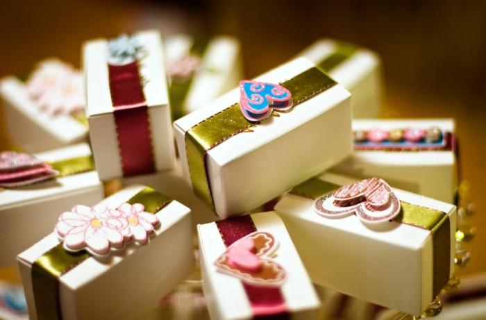 cajas decoradas únicas, pequeños detalles personalizados para regalar a tus amigos y familiares en tu boda, regalos originales baratos