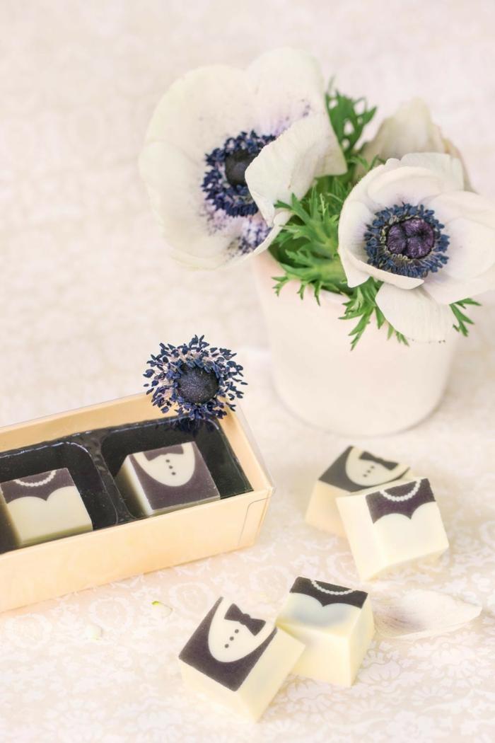 jabones pequeños personalizados para poner en cada mesa en tu boda, que regalar en una boda, jabones personalizados novios