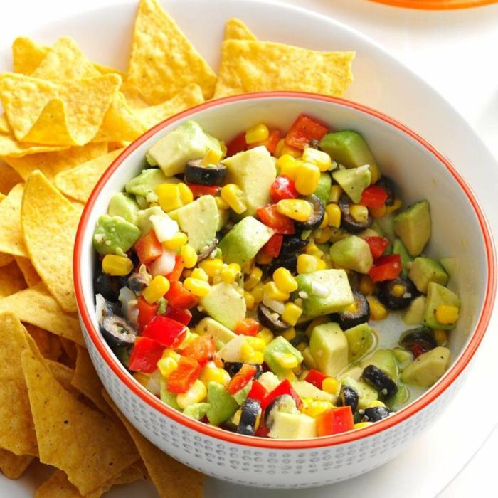 ensalada fresca y nutritiva con aguacate, aceitunas, maiz y tomates cherry, ideas de ensaladas para el verano en fotos