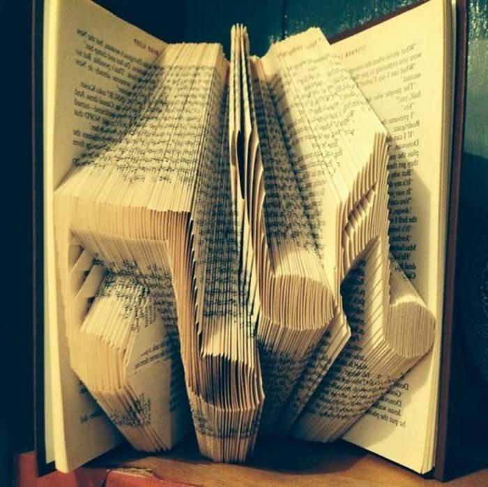 notas musicales hechos con las pñaginas de un libro, preciosas ideas de regalos para decorar la casa