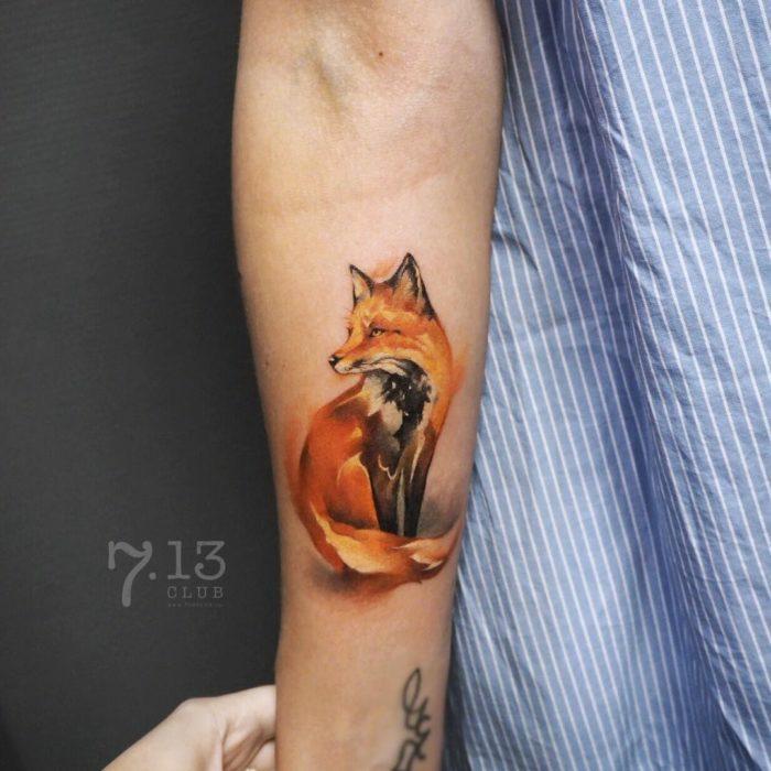 tatuaje zorro en el antebrazo en estilo realista, tatuajes con significado, tatuajes en pinturas acuarela, los mejores diseños