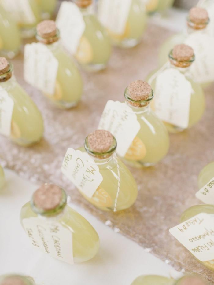 mini botellas de limoncello con etiquetas personalizadas, las mejores ideas de comidas y bebidas caseras para regalar