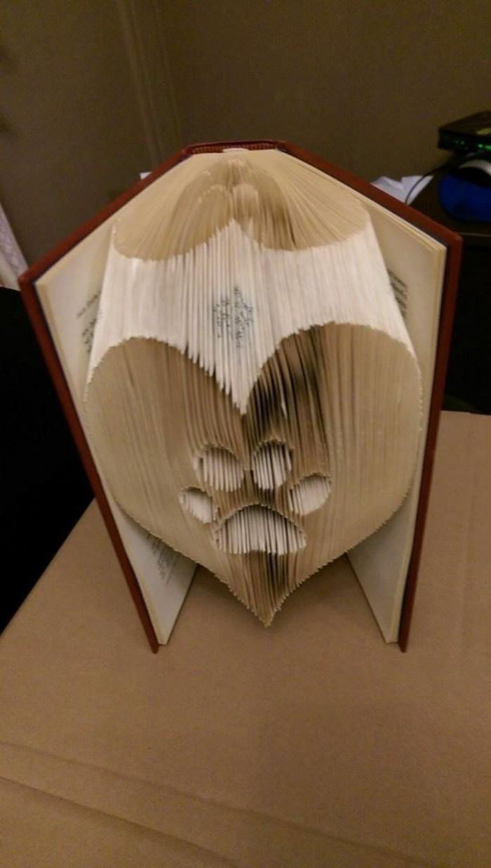 ideas de regalos para los amantes de los animales, libro plegado en forma de corazón y pato de perro