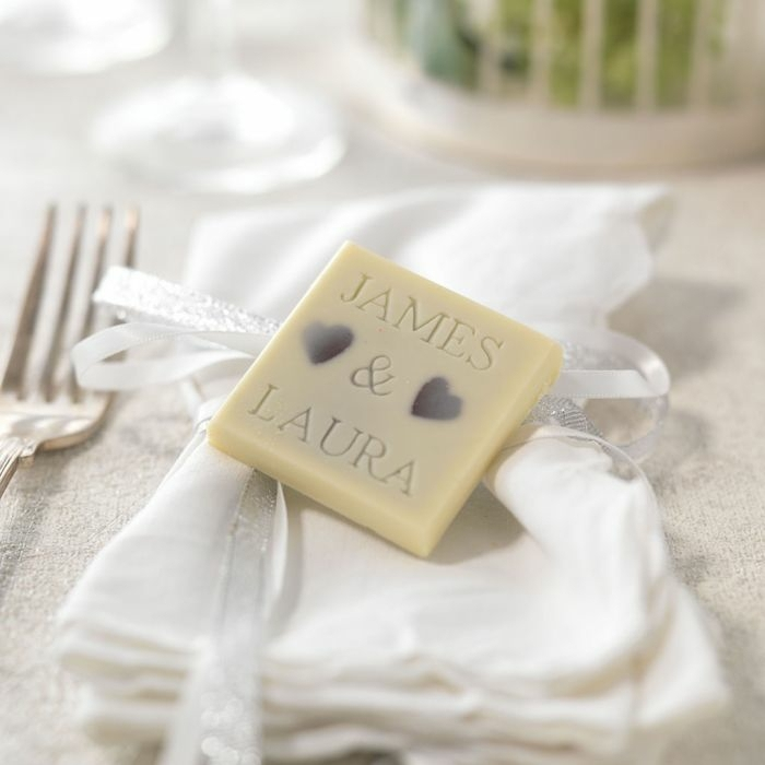 jabones caseros con los nombres de los novios, 90 propuestas de detalles de boda originales y utiles, detalles para regalar
