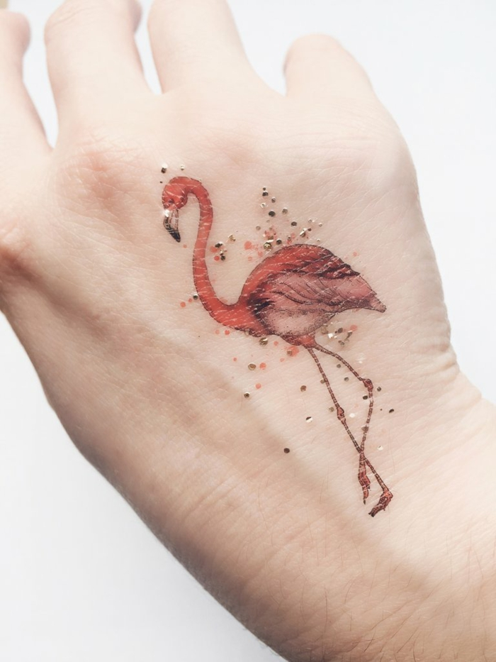 adorable diseño tatuajes en la mano en estilo minimalista, tatuaje flamenco en colores, diseños de tatuajes simbolicos