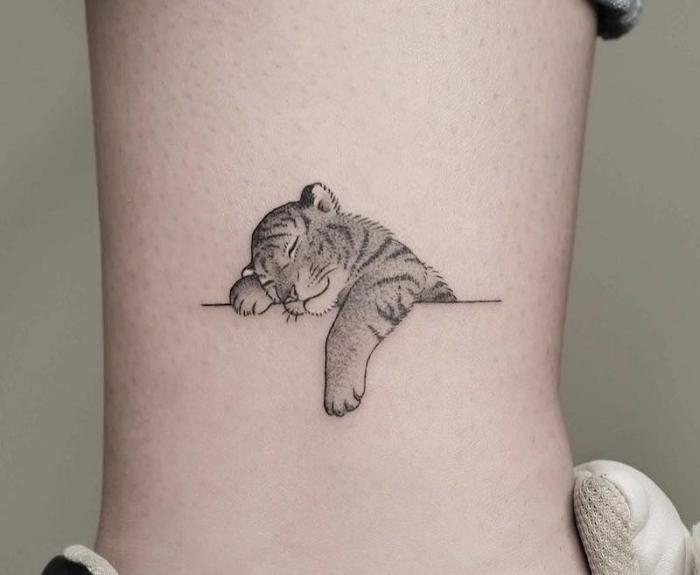ejemplos de tatuajes pequeños hombre, tatuajes con animales chicos, diseños de tatuajes especiales, pequeños detalles tatuados en el tobillo