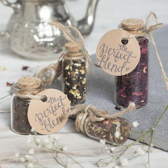 mini botellas con diferentes tipos de té, ideas de detalles de boda originales y utiles, más de 90 fotos de regalos pequeños simbólicos