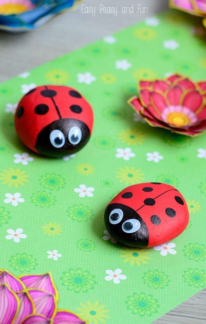 como hacer piedras pintadas, proyectos DIY para los más pequeños, mini mariquitas de piedras decoradas, ideas de manualidades niños 2 años