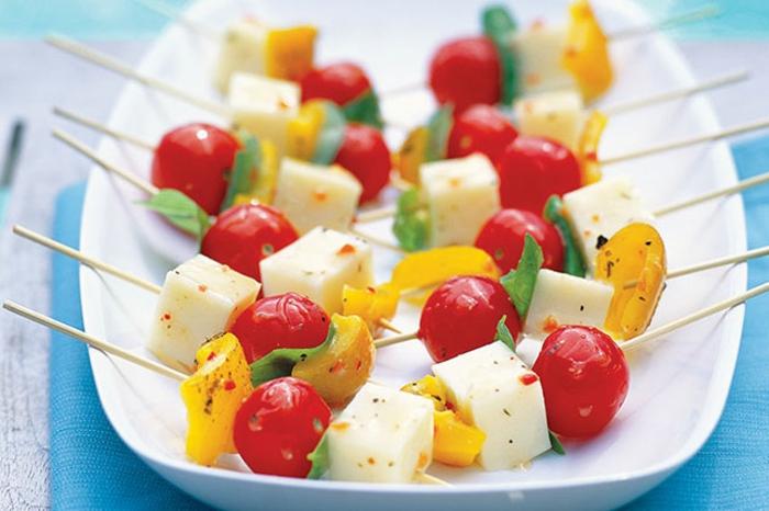 pinchos caseros saludables y ricos para toda la familia, pinchos con queso blanco, tomates, pimientos, albahacas y aceitunas