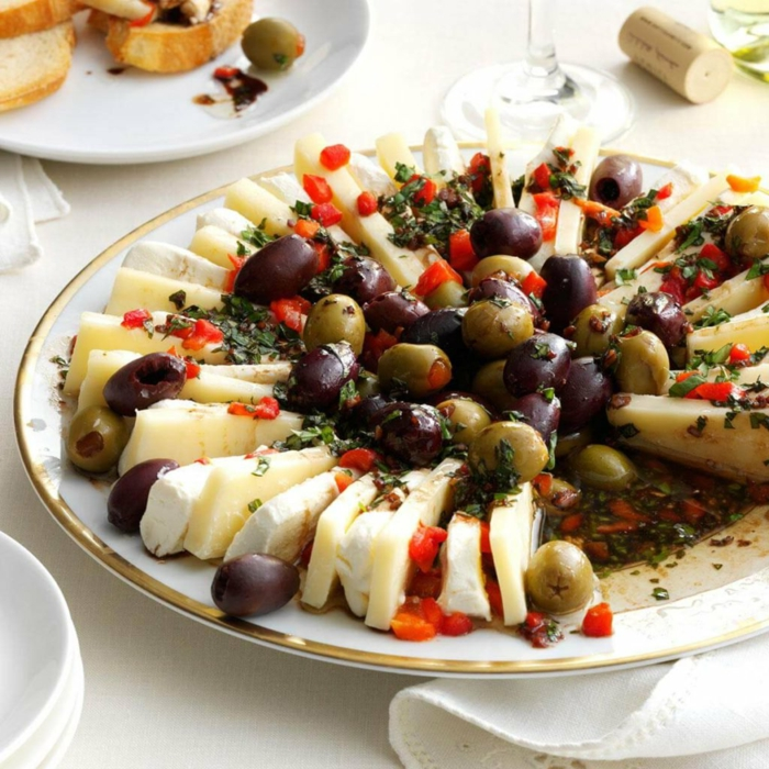 platos ricos con entrantes para toda la familia, canapes sencillos para hacer en casa, trozos de queso brie, aceitunas verdes y negras y pimientos rojos