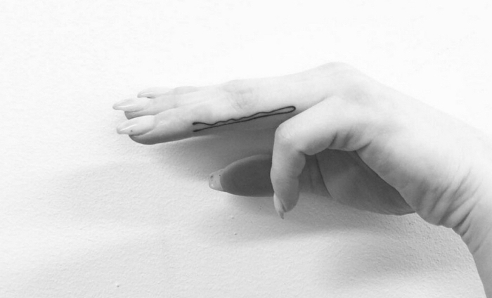 super originales ideas de tatuajes de mujer tatuajes elegantes, horquilla tatuada en el dedo anular, diseños inusuales