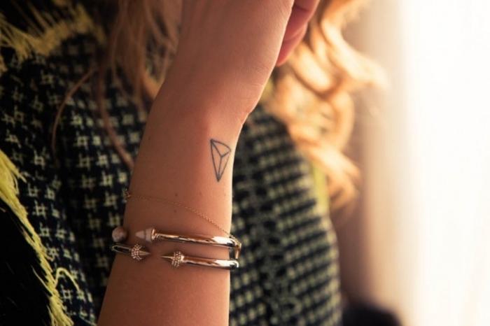 ideas de tatuajes geometricos en el antebrazo, diseños de tatuajes bonitos, tatuajes de mujer tatuajes elegantes