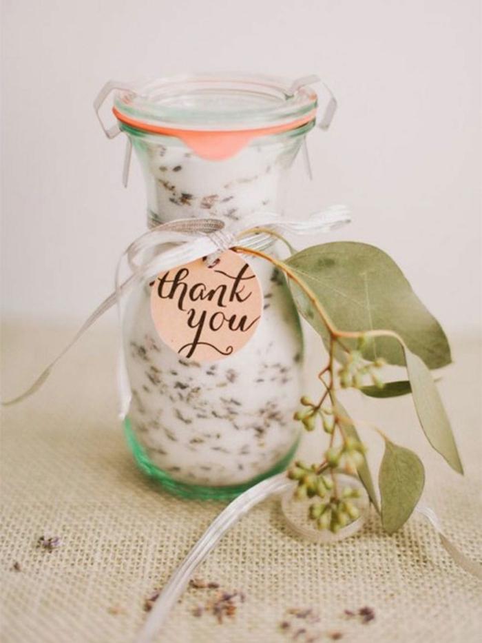 super originales propuestas de favores para los invitados para una boda de verano, pequeño tarro lleno de yogur y especias