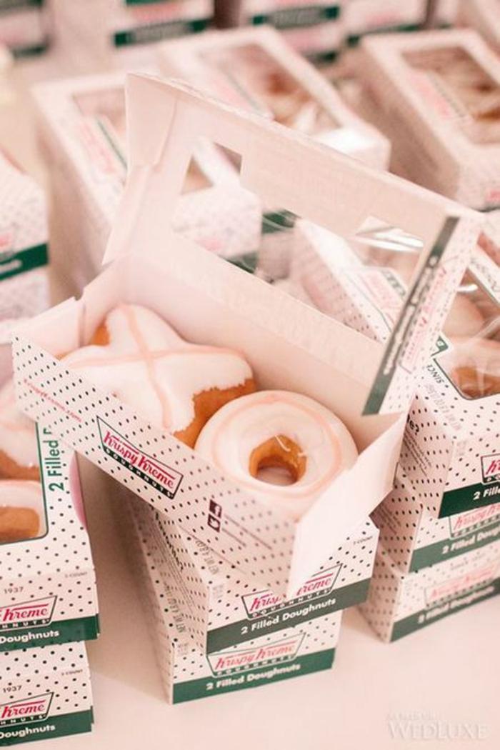 comidas para regalar, dulces y golosinas para regalar como favores para los invitados, caja de rosquillas con glaceado blanco