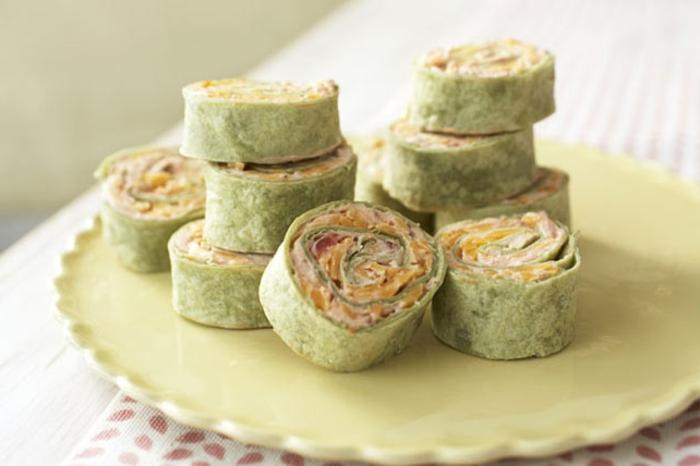 rollos de primavera verdes con salsa casera, canapés frios y fáciles, originales ideas de tapas para toda la familia paso a paso